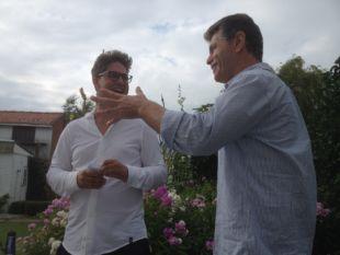 Thomas en Ludo Claessens komen de asduif bewonderen.